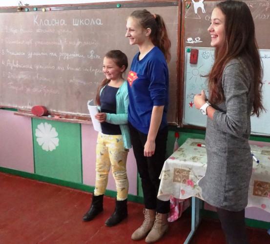 учениці 11 класу Василина Легка та Наталя Гарасівка провели дебати в 4-б та 4-в класах